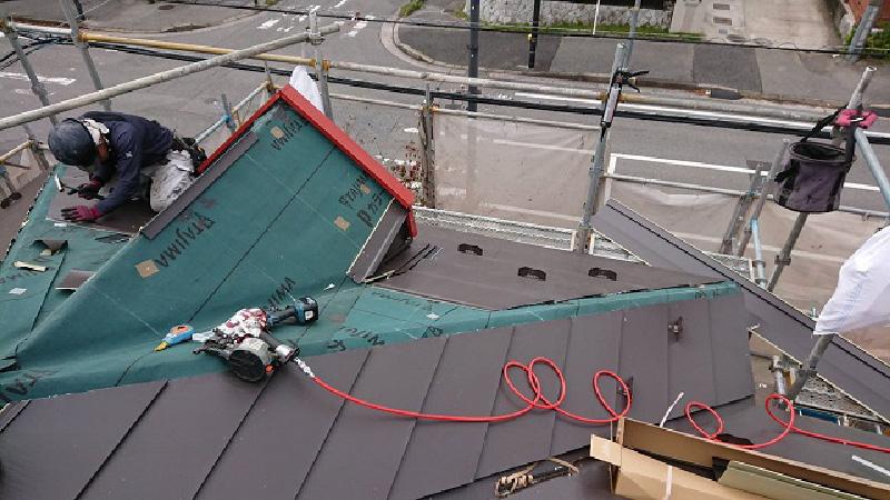 屋根カバー工法の本体の施工