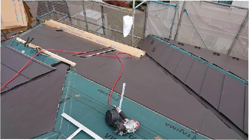 屋根カバー工法のガルバリウム鋼板本体の設置