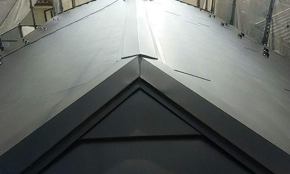松戸市の屋根カバー工法の様子