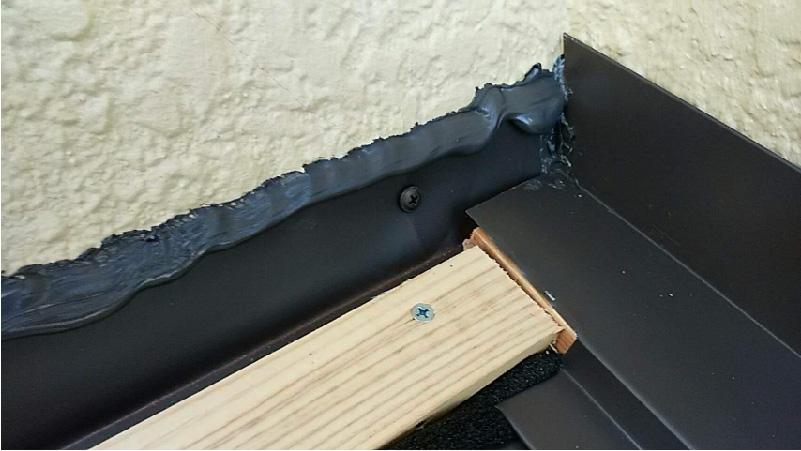 下屋根の雨押さえの下地の設置