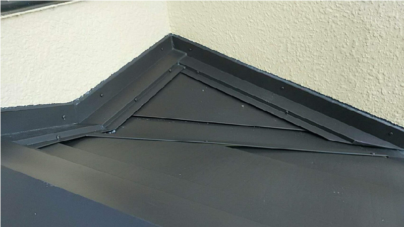 下屋根の雨押さえの設置