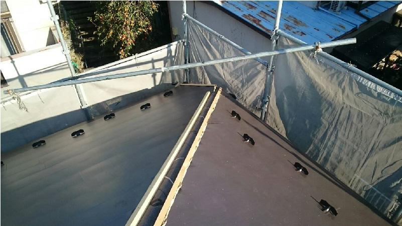 ガルバリウム鋼板本体と棟下地の設置