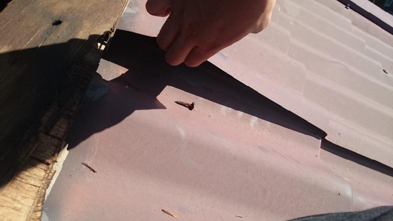 釘が抜けた屋根板金