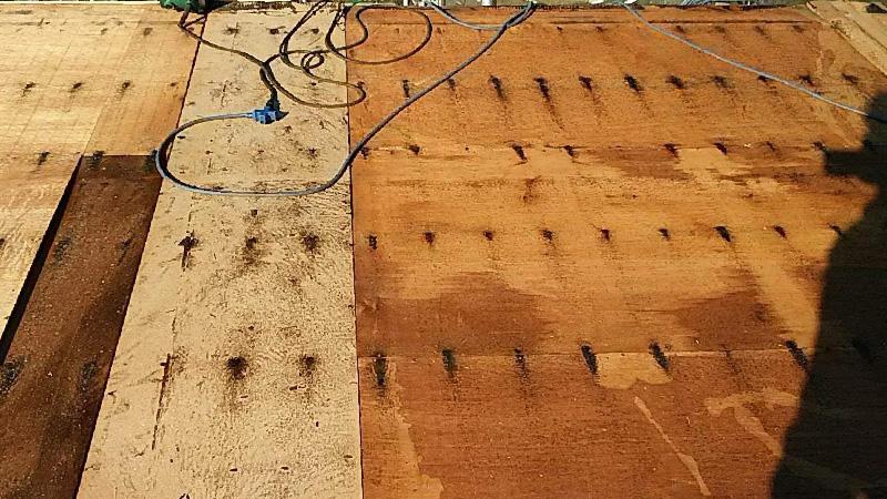 水に濡れた野地板
