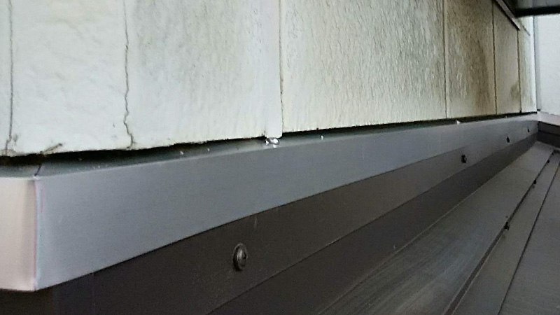 屋根と外壁の雨押さえの設置