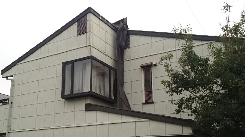屋根から飛散した屋根板金