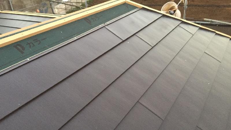 屋根本体のガルバリウム鋼板の設置