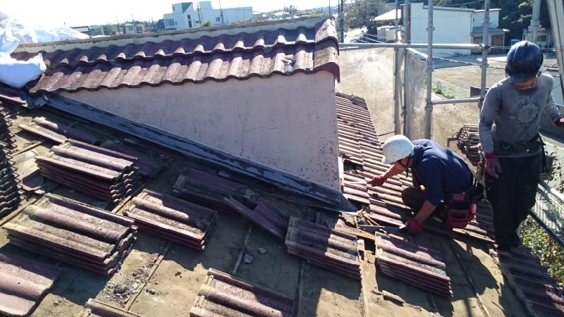 屋根葺き替え工事の瓦おろしの様子