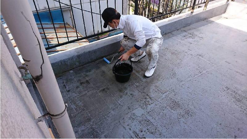 ベランダ防水工事のプライマー塗布