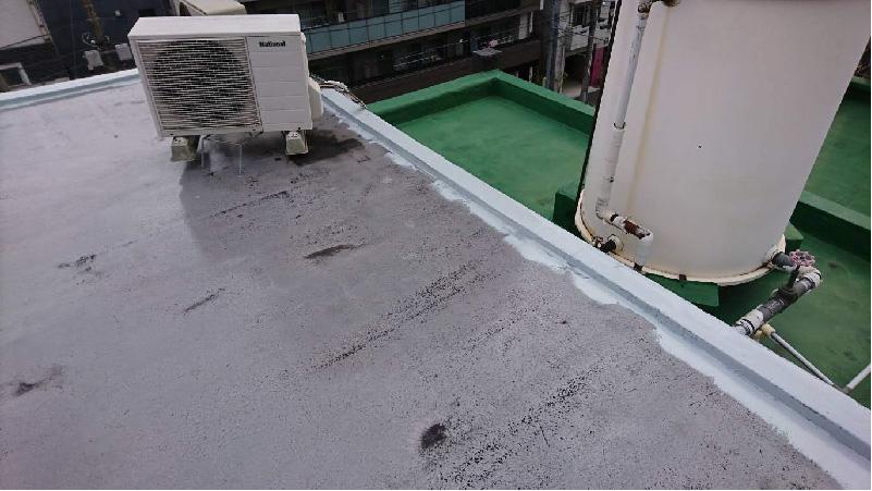 屋上防水工事の立ち上がり材の塗布