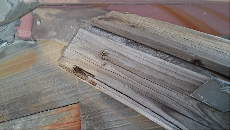 腐食した棟板金の下地板