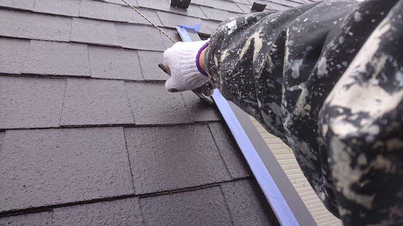 アスファルトシングル屋根のケラバ水切りの塗装
