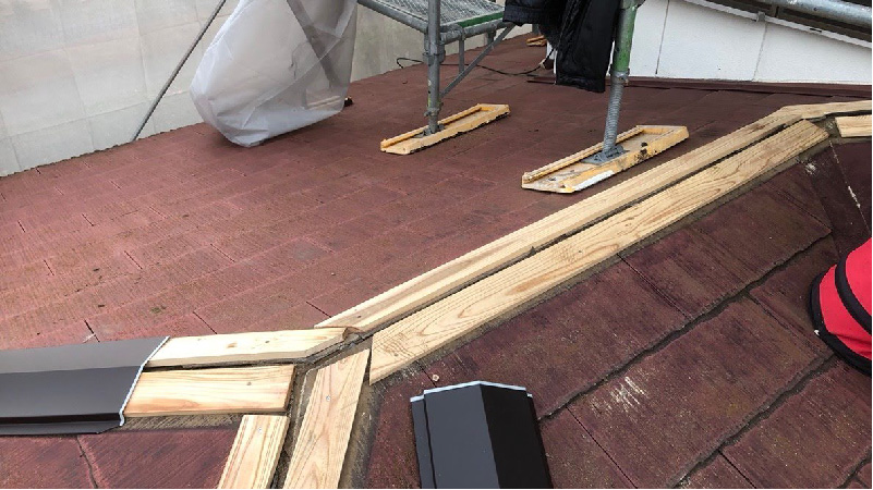 屋根板金交換工事の棟下地の設置