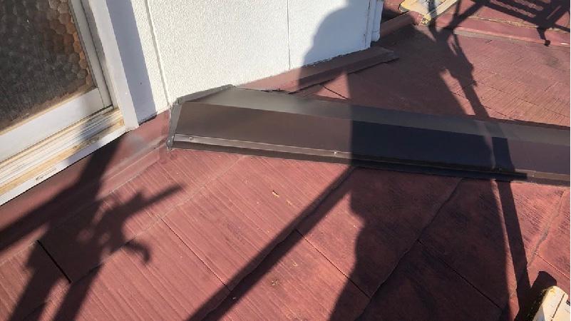 屋根板金交換工事の棟包み板の設置