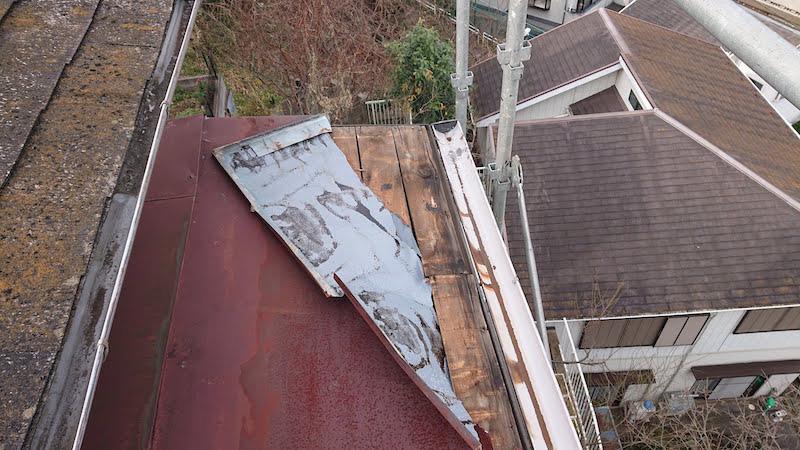 台風でめくれたトタン屋根