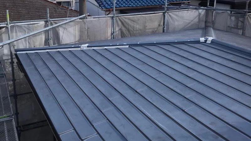 屋根板金が浮いて応急処置がされたトタン屋根