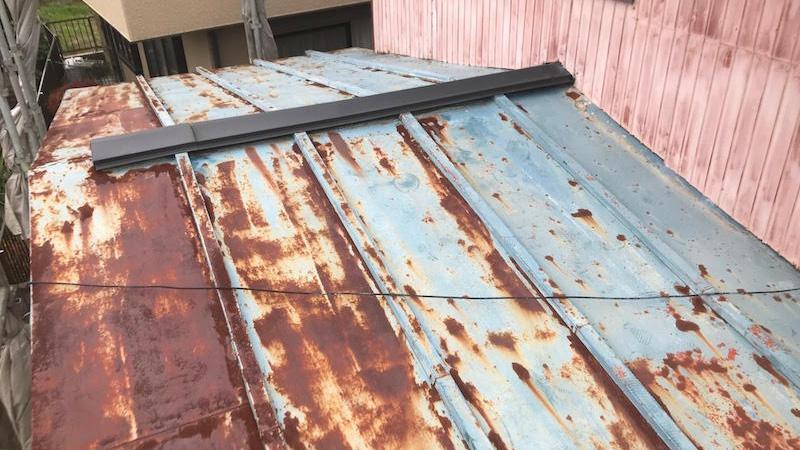 下屋根の葺き替え工事の施工前の状態
