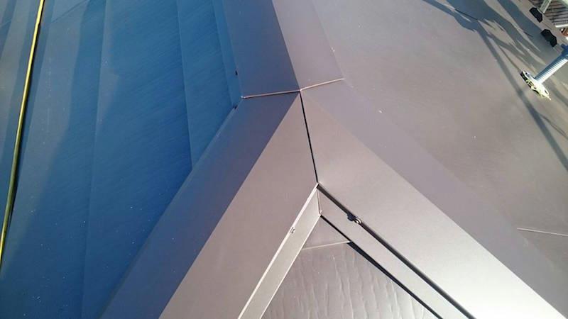 屋根の棟板金の設置