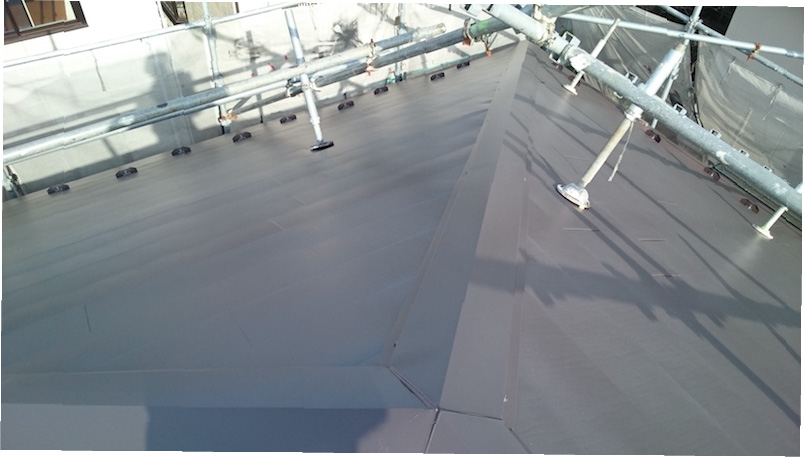 大屋根のガルバリウム鋼板屋根の様子