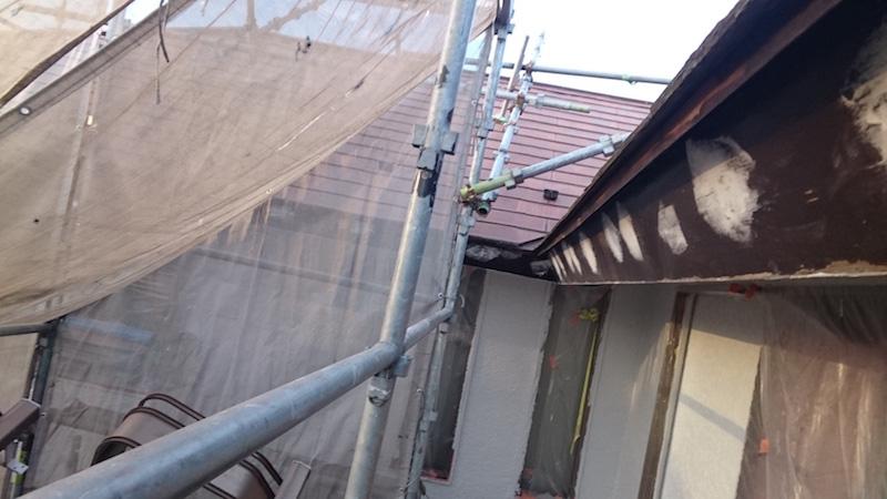 破風板の付帯部塗装のケレン作業