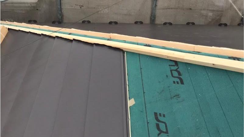大屋根のガルバリウム鋼板本体の施工