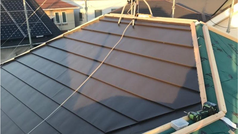 大屋根のガルバリウム鋼板の設置