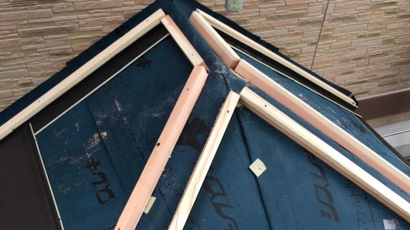 玄関屋根の棟下地の設置