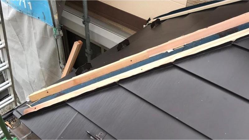 玄関屋根の屋根材の設置