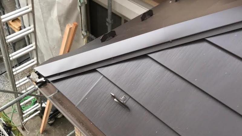 玄関屋根のガルバリウム鋼板の設置