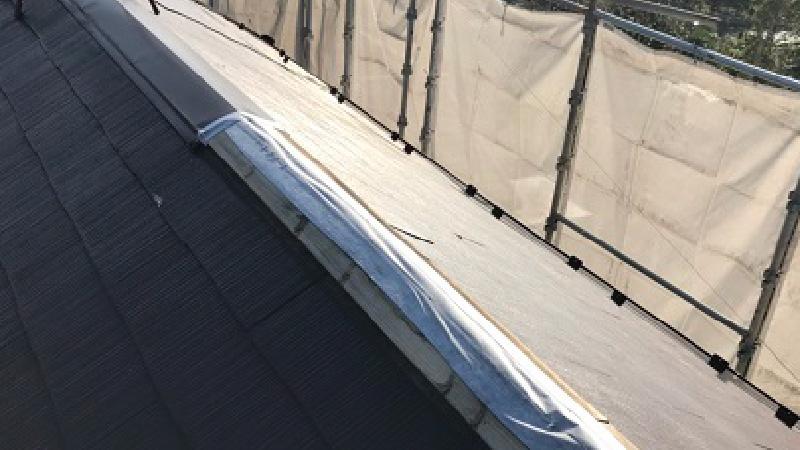 台風で屋根板金が飛散した大棟