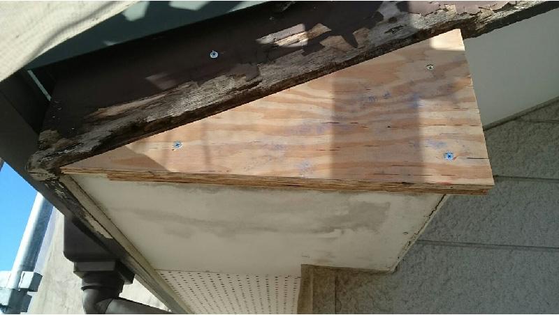 破風板の部分修理の様子