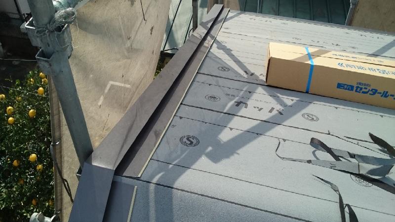 屋根葺き替え工事のケラバ水切りの設置