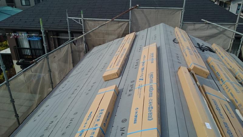 屋根葺き替え工事の軒先水切りの設置