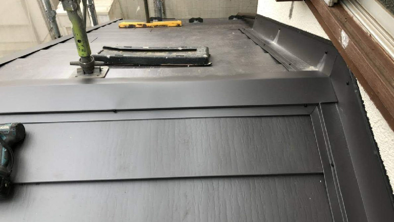 下屋根の屋根板金の設置