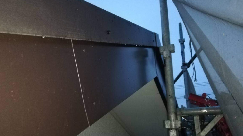 屋根の破風板金の施工