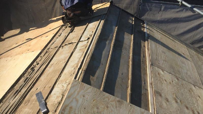 屋根材の瓦おろしとコンパネの設置