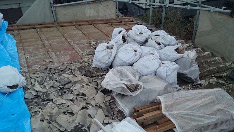 千葉市の屋根葺き替え工事の瓦おろしの様子