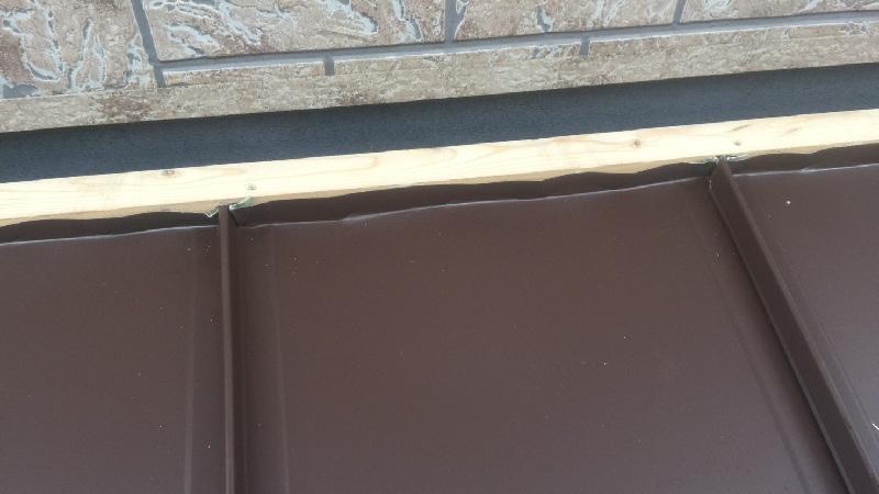 下屋根のガルバリウム鋼板本体の設置