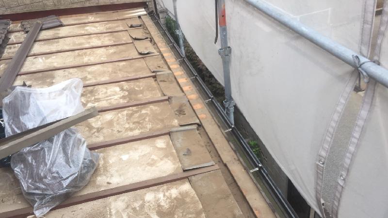 下屋根の屋根材の撤去