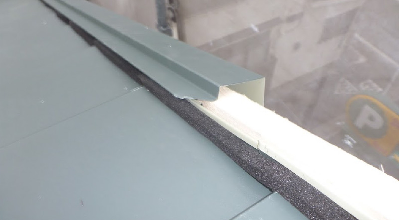 屋根カバー工法のケラバ水切りの設置