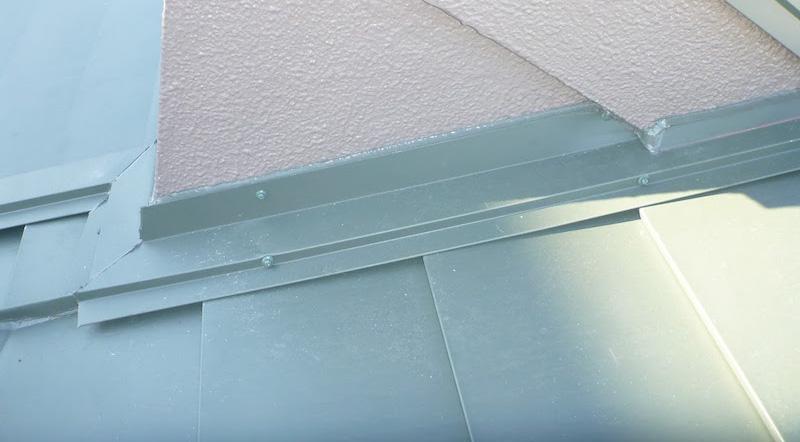 屋根カバー工法の雨押さえの設置