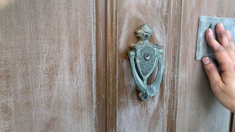 ドア塗装の施工前の様子