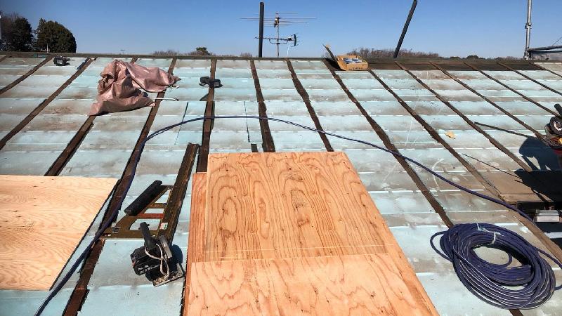 屋根葺き替え工事のコンパネの設置