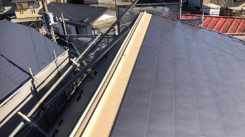 屋根葺き替え工事のガルバリウム鋼板の設置