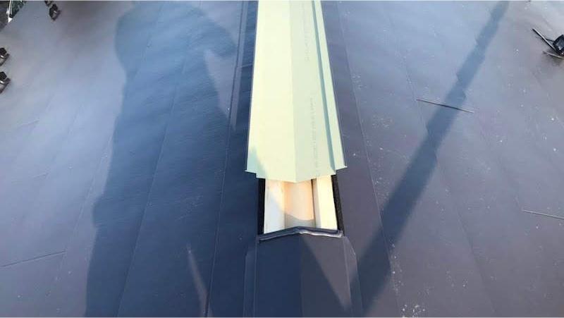 ガルバリウム鋼板屋根の屋根板金の設置
