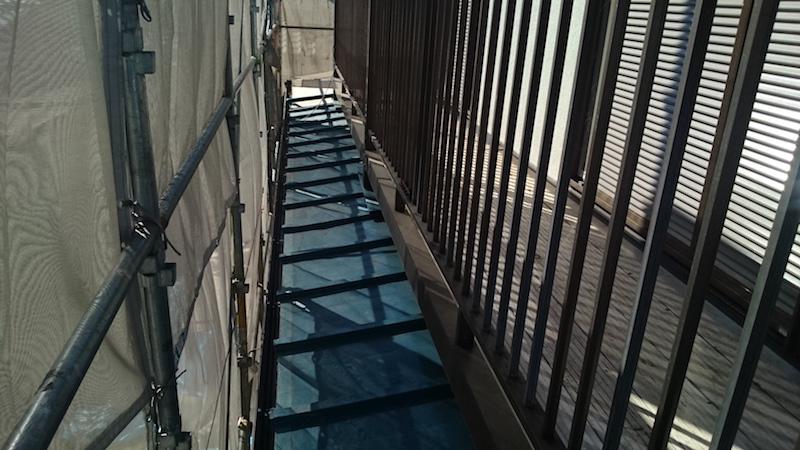下屋根の葺き替え工事前の様子