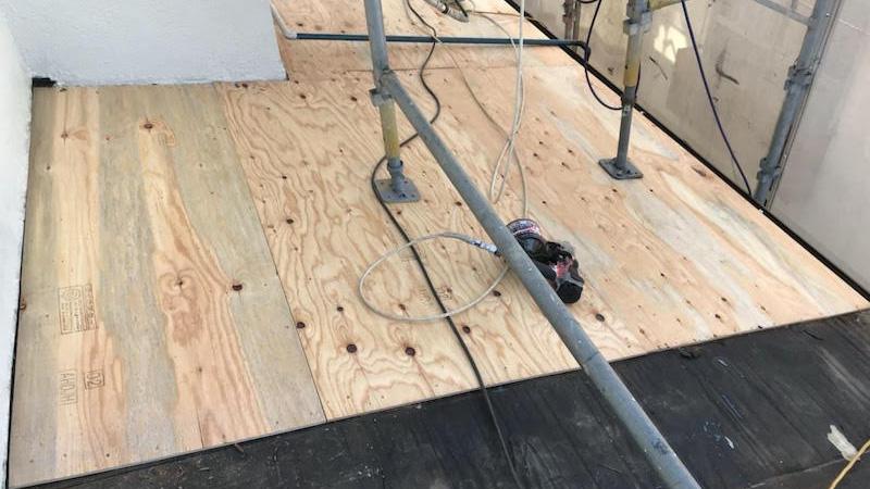 下屋根の葺き替え工事のコンパネの設置