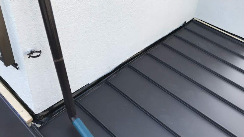 下屋根のガルバリウム鋼板の設置