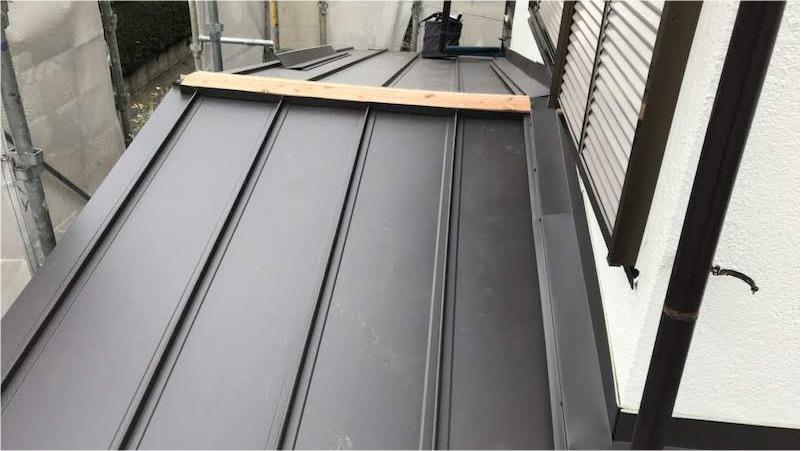 下屋根の棟下地の設置
