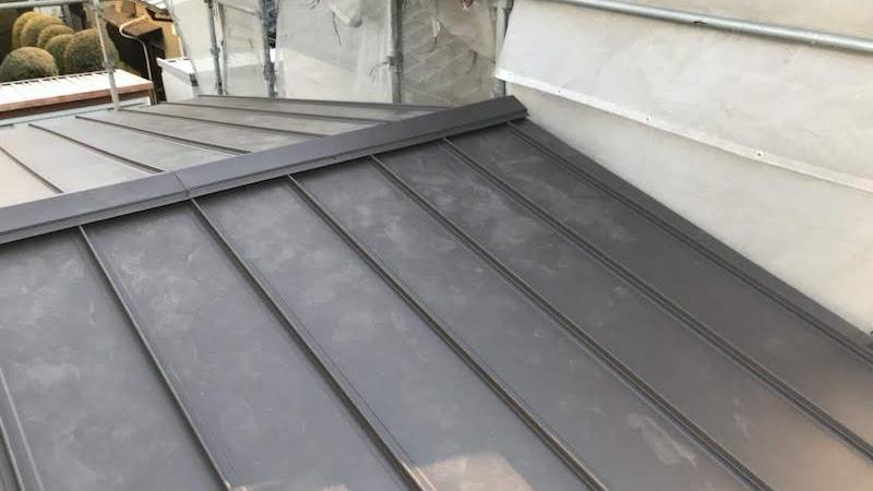 下屋根の棟板金の設置